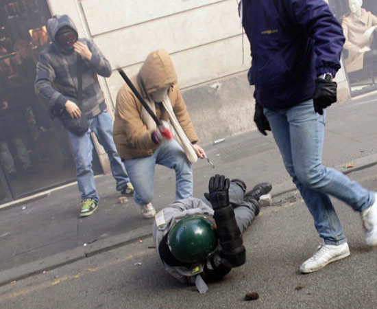 manifestante attacca